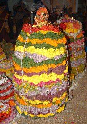 How to prepare beautiful bathukamma     పూలతో దేవుడిని పూజించడం గురించి అందరికీ తెలుసు.. కానీ పూలను పూజించడం మాత్రం కేవలం బతుకమ్మ పండగలో మాత్రమే చూడగలమేమో.. కేవలం పూలే కాదు..http://bit.ly/2dE2aBR     #Bathukamma #Dussehra #TeluguFestival #VasundharaKutumbam