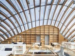 由國際知名建築師Renzo Piano與其團隊設計的巴黎百代電影基金會新館(New Headquarters of the Fondation Jérôme Seydoux-Pathé)於九月初正式開幕。坐落於極富人文氣息的巴黎左岸十三區,這棟建築鑲嵌在古老的街區內,具備如蟲卵般突出的外形,共五層樓高,佔地839m2,頂樓以大面積玻璃窗加強採光,是巴黎市內的新亮點。該基金會原本就以保存電影文化財為主要營運目標,未來也將把辦公室和資料庫移至此新館,繼續為世人留下珍貴的電影紀錄。