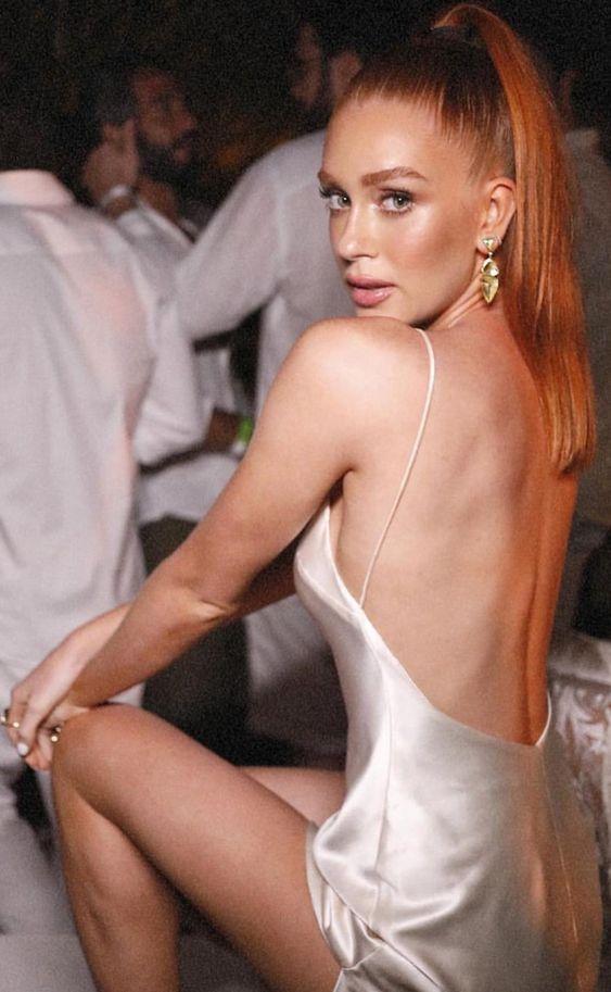 Slip Dress é tendência em 2020! Confira vestidos longos, curtos e midi neste modelo que é tendência entre as famosas! Na foto Marina Ruy Barbosa de vestido slip dress de cetim branco com decote nas costas #marinaruybarbosa #dresses #slipdress #vestidodefesta