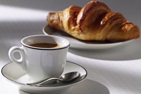 Un délicate attention du Café du Plateau à Brunoy : le café-croissant à 2€ !  76 rue de Cerçay, Brunoy #brunoy #essonne #91800 #iledefrance #caféduplateau