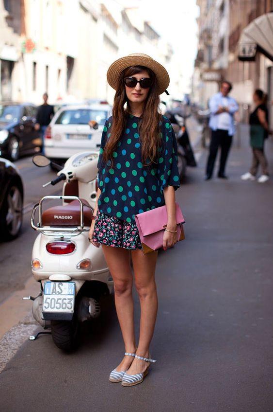 A camisa reta de poá com gola canoa é a peça perfeita para ser usada com uma mini saia também estampada - de preferencia polka dots. Para deixar o look mais cool, aposte em acessórios divertidos como o chapéu de palha e clutch rosê.  it girl - camisa-azul-bolinha-verde - poá - inverno - street style