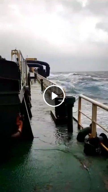 O mar está muito valente vamos ter cuidado