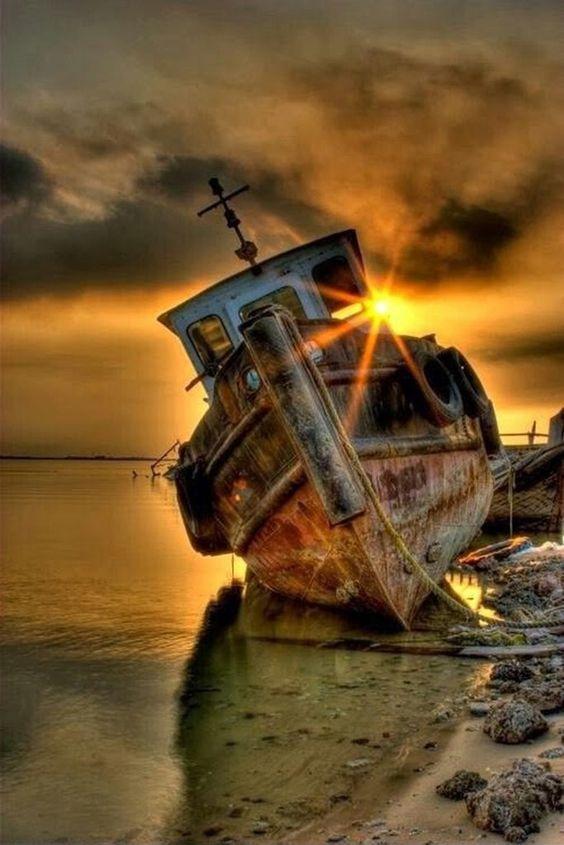 Заброшенное речное судно