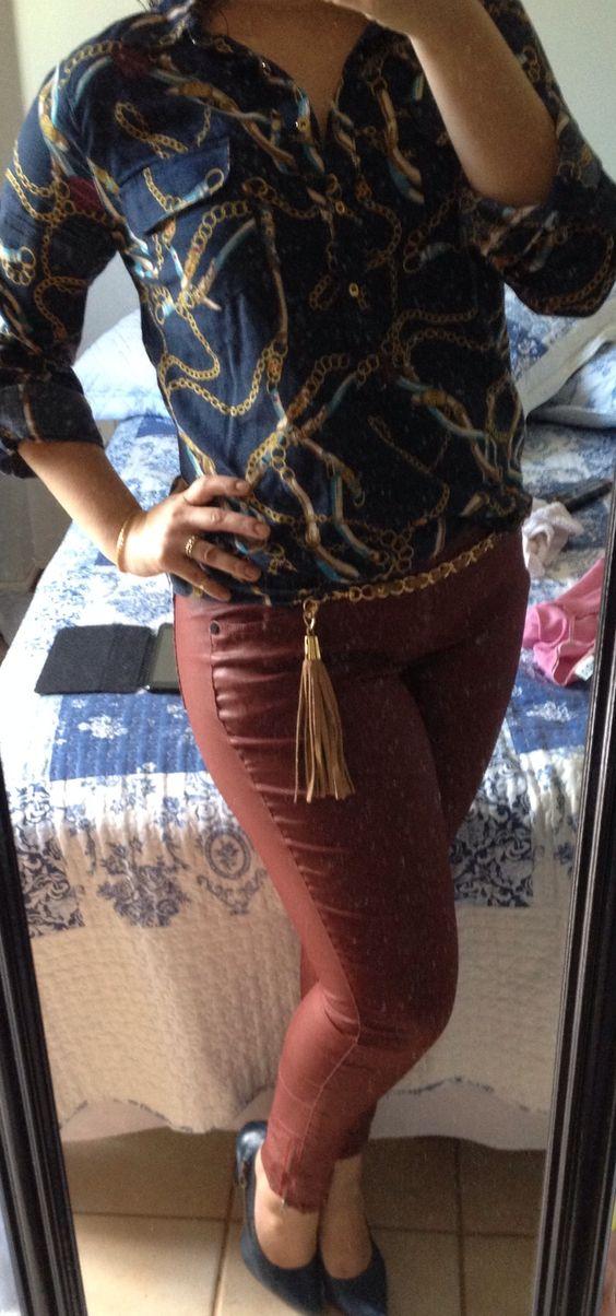 Calça encerada burgundy e camisa de estampa de lenço