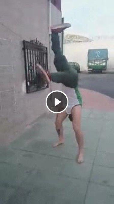 Esse homem dança com as pernas pro ar
