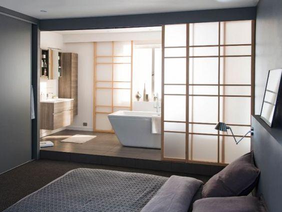 Salle de bain semi-ouverte dans une suite parentale avec des paravents coulissants