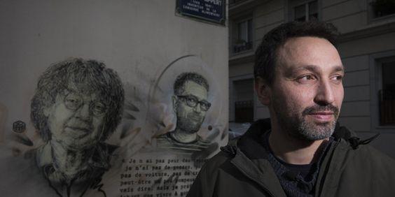 C215 devant ses pochoirs sur le mur de Charlie Hebdo, janvier 2016