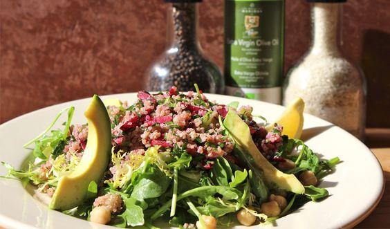 Que vous soyez végétalien ou que vous recherchiez simplement à garder une alimentation saine, notre Salade au taboulé de quinoa est à essayer ! L'association de roquette poivrée, de menthe et de jus de citron fait de cette salade un plat aussi délicieux que nourrissant.