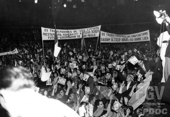 Aspecto do comício pela candidatura de Hugo Borghi ao governo de São Paulo vendo-se faixa saudando o senador Getulio Vargas. São Caetano (SP), entre fev. e nov. 1947.