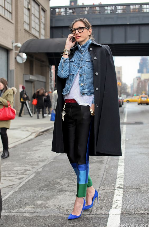 black coat, denim jacket, geek glasses, printed pant, blue pumps, casaca de jean, lentes de pasta, tacos azules