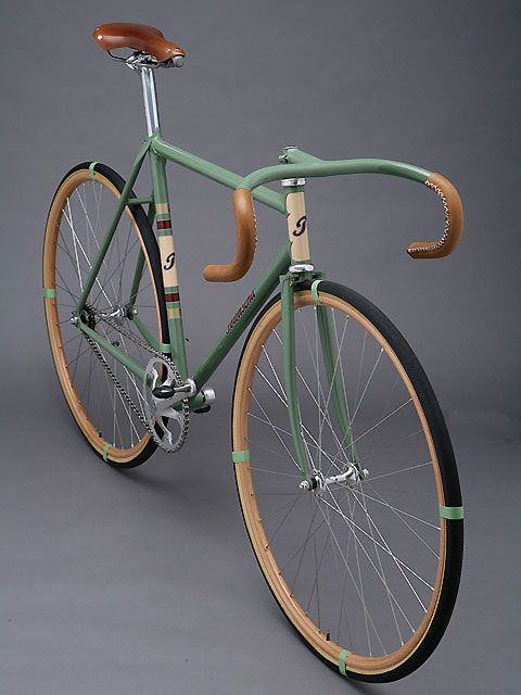 This bicycle is so beautiful, simple and perfect. The very fashionable velodrome version combines the age-old tradition of path racing with the classic style.