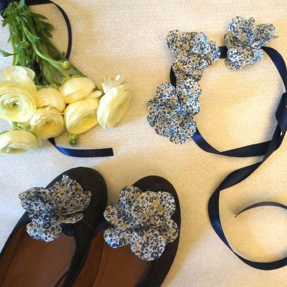 DIY : Réaliser une couronne de fleurs et des clips à chaussures en Liberty
