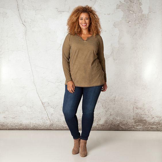 De fraaie halslijn met een subtiele uitsparing en broderie is een echte blikvanger van dit mooie shirt. De dirty oil wassing geeft het shirt een stoer... Bekijk op http://www.grotematenwebshop.nl/product/shirt-van-x-two-voor-vrouwen-met-grote-maten-25/