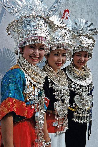 Chicas Miao hermosas y sus accesorios de plata brillantes! China. Te llevamos alli!