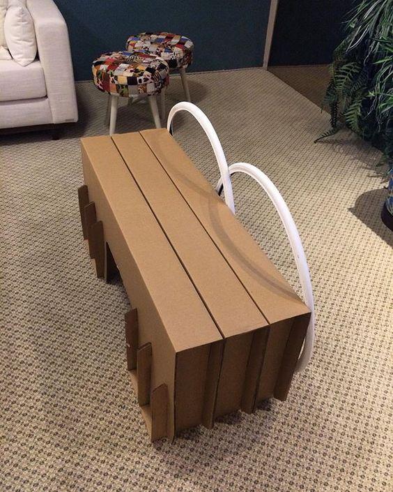 Invenções sustentáveis: banco de papelão (da Cartone) com encosto de roda de bicicleta! Sala de Música e Jogos, mostra Viver São Paulo. Projeto Cris Paola #studiocrispaola #moveisustentaveis