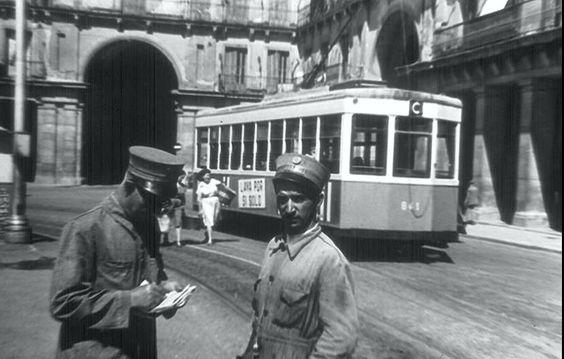 La Plaza Mayor era otro de los hoy lugares turísticos por los que hace no tanto pasaba este medio de transporte. Tranvía en la Plaza Mayor, Madrid
