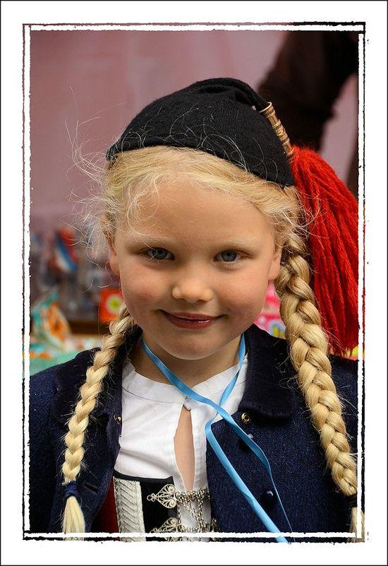 A little girl in Icelandic costume. | Niños del mundo.> 1 ...