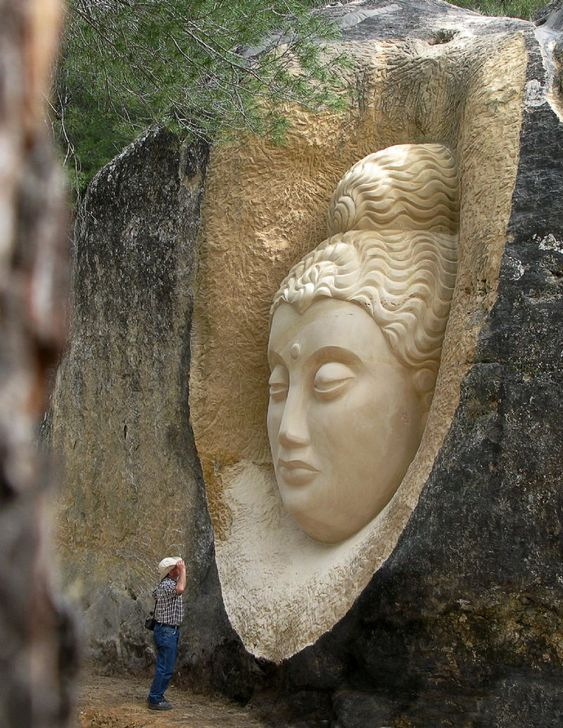Maitreya, escultura de Eulogio Reguillo. En la Ruta de las caras, Buendía, Cuenca. Esculpida en piedra arenisca. Mas info. http://www.rutadelascaras.com/