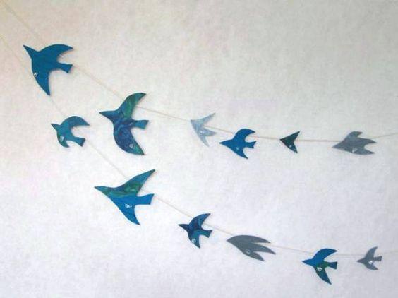 ひとつひとつ水晶が付いている青い鳥のガーランドです。 よく見ると鳥ではないものもいます鳥になりそこねた風、それとも風になりそこねた鳥ひも 1m×...|ハンドメイド、手作り、手仕事品の通販・販売・購入ならCreema。