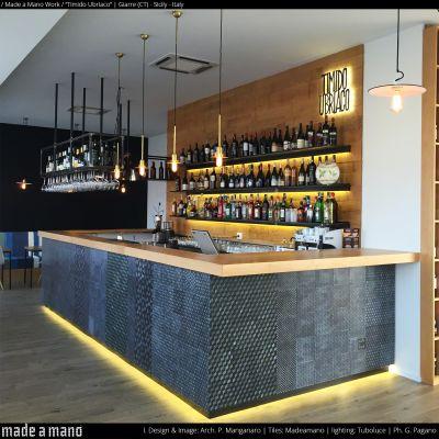 Il Timido Ubriaco è un wine bar realizzato in Giarre provincia di Catania, dall'Architetto Paolo Manganaro dello Studio ONArch.La superficie complessiva è di 124 mq. di cui 78 mq. destinati alla zona somministrazione.Protagonista del concept di questo locale è il grande bancone posizionato al centro del locale, rivestito con le piastrelle di Made a Mano ed una bancalina in legno di rovere.La zona centrale è completata da una mensola, ancora in legno di rovere, posizionata a ridosso…