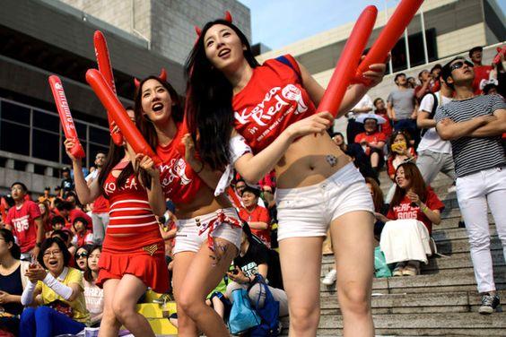 Les fans de football sud-coréens réagissent lors d'une projection publique à Séoul de la Corée du Sud vs match de football Russie à la Coupe du Monde 2014 au Brésil, début le 18 Juin 2014. (Photo par Ed Jones / AFP Photo)