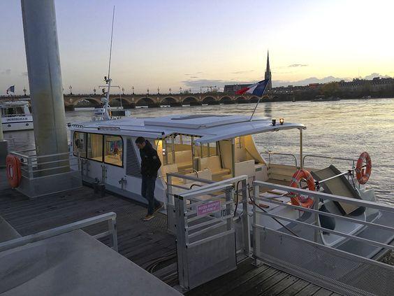 Остановка речного трамвая в Бордо