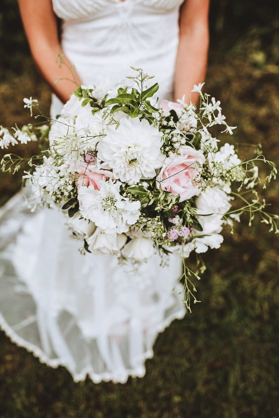 White and pink wedding flowers. Photography by Frankee Victoria.