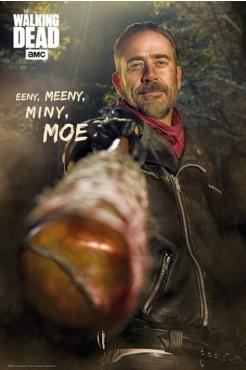 """The Walking Dead - Negan  - Poster - Hochformat - 61 x 91,5 cm  Ende der sechsten Staffel taucht Negan erstmals in """"The Walking Dead"""" auf und tötet zu Beginn der siebten Staffel zwei beliebte Charaktere. Bist du dennoch sein Fan, dann hängst du dir dieses 61 x 91,5 Zentimeter große Hochformat-Poster an die Wand oder Tür. Es zeigt Negan mit seinem Schläger Lucille sowie """"The Walking Dead AMC Eeny, meeny, miny, moe""""!"""