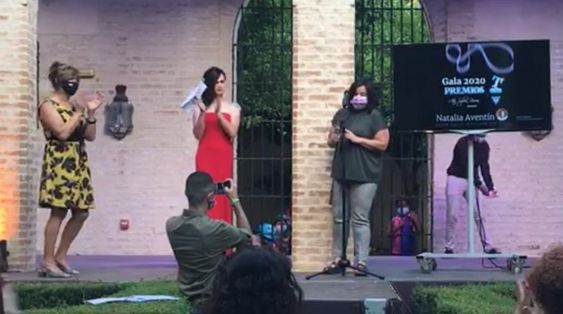 Momento en el que Natalia Aventín recibe el premio MuestraT 2020