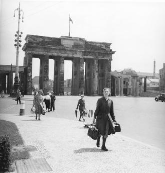 DDR Fluechtlinge am Brandenburger Tor 1953