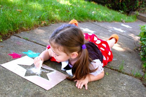 Patriotic craft for kids -- star sidewalk chalk stencils (w/ free printable) #memorialday #printable