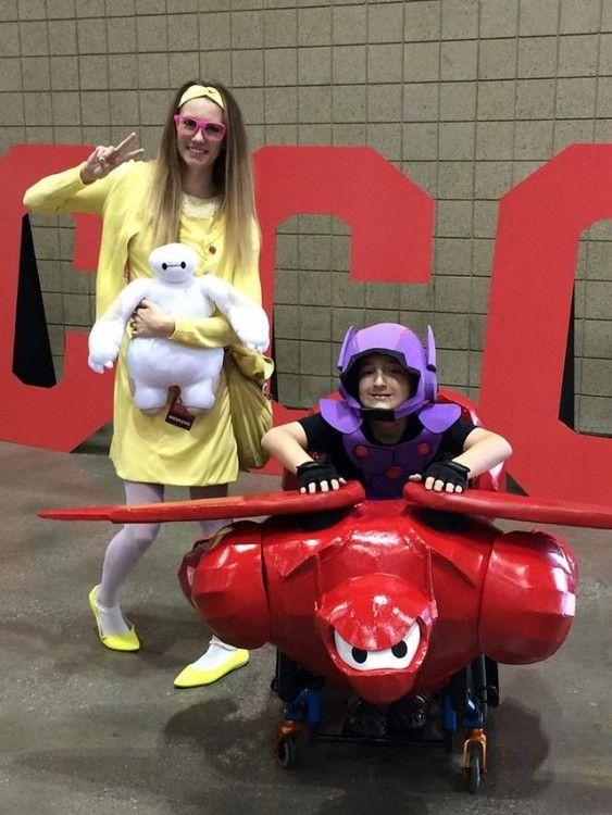 una chica y un niño disfrazados de Hiro y Baymax de Big Hero 6