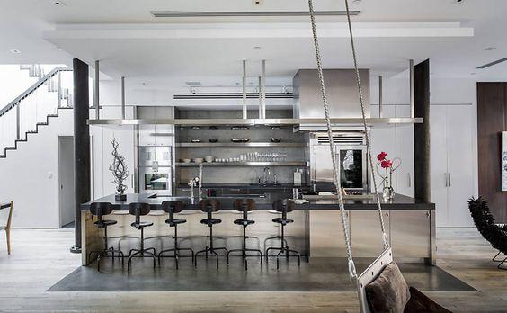Cozinha em aço inox desenvolvida pelo escritório ShoP Architects, em colaboração com a decoradora Jaqueline Touby, no loft de Laurel Touby e Jon Fine, em Nova York