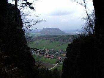 Festung Königstein, Architektur, Natur, Abenteuer etwas für die ganze Familie. Hier der Blick vom Lilienstein aus. Der Malerweg des Elbsandsteingebirges ist einer der beliebtesten Manderwege in Deutschland.