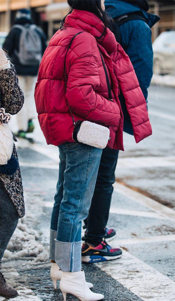Calça jeans Bota branca Jaqueta vermelha Puff Jacket Bolsa branca