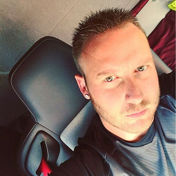 #moi #me #routier #truckdriver #selfie #barbu #bearded #cheveuxcourt #shorthair #yeuxvert #greeneyes #instaboy #suivezmoi #followme #attente #waiting #camion #truck
