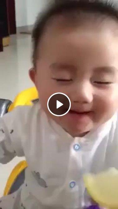 Bebezinho fazendo caretas tentando chupar limão