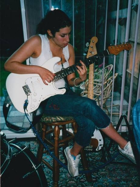 Amy Winehouse playing the guitar in 'Amy'