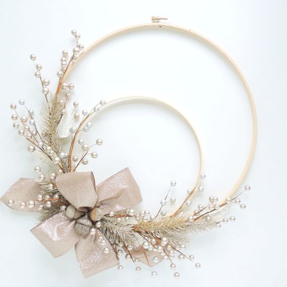 Artículos similares a Embroidery Hoop Wreath - Silver Platinum Winter Holiday en Etsy