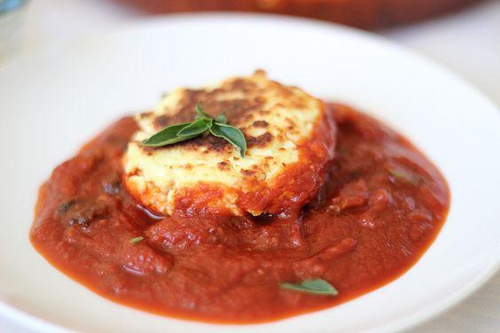 Bolinho de ricota com molho de tomate e cogumelos / Ricotta fritter with tomato mushroom sauce