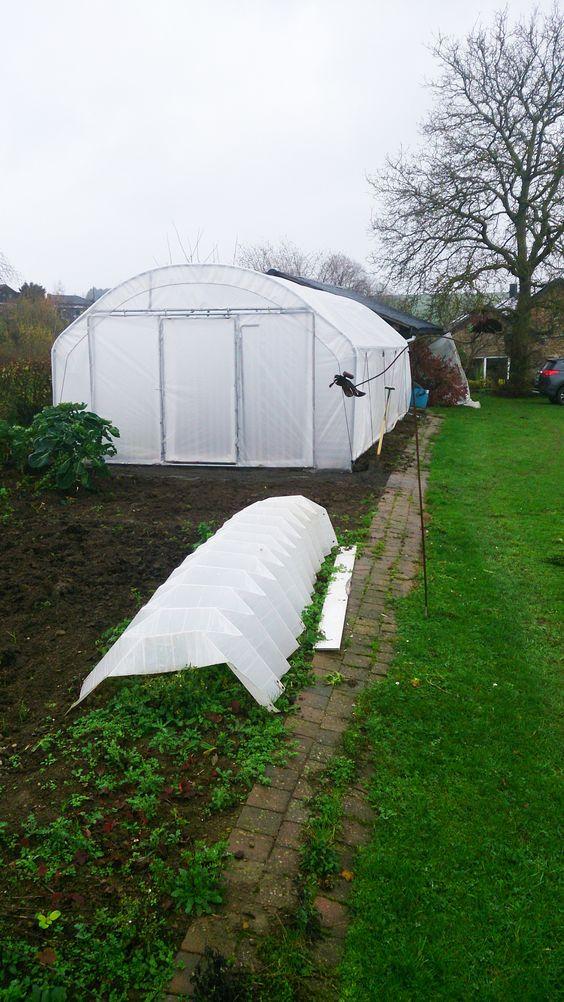 Une serre de jardin est très souvent achetée en complément d'un potager de plein champ, c'est encore le cas ici.