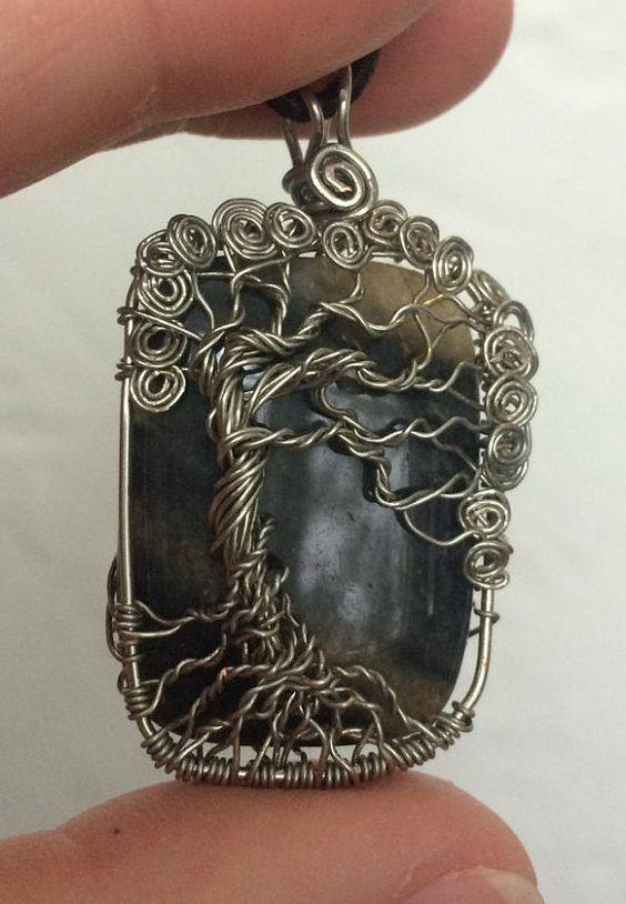 Handgemaakte draad gewikkeld levensboom hanger aan natuursteen zwart/grijs met zilveren, koperen kern draad