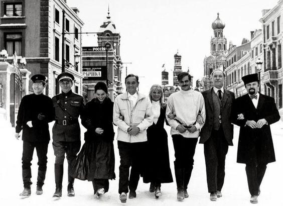 """MADRID FUE MOSCÚ, Soria fue la estepa siberiana y el Moncayo... los Urales. Este año se cumplen 50 del rodaje de """"Doctor Zhivago"""" en nuestro país y el destino ha querido que, además, se conmemore con el fallecimiento de su principal protagonista: Omar Shariff, ya recordado aquí. Volviendo a aquel rodaje dirigido por David Lean en 1965, hay que recordar que esta calle que se ve en la fotografía es una del madrileño barrio de Canillas donde un Kremlin .... www.rafaelcastillejo.com"""