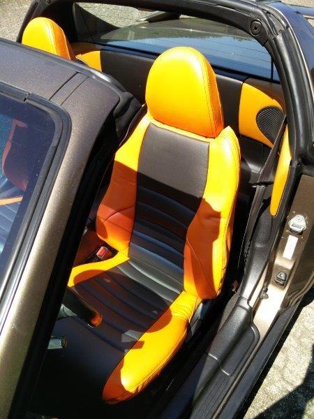 HONDA CRX Autositzbezüge nach Maß in der Lederlook Variante. Zusätzliche wurde eine Querabsteppung mit Unterfütterung im mittleren Bereich der Sitze eingearbeitet. Unsere Sitzbezüge werden individuell gefertigt und hinterher über den Originalbezug der Sitze bezogen.Eine sehr gute alternative um verschlissene und unschöne Autositze ganz einfach wieder zum Glänzen zu bringen. #Honda, #CRX, #Sitzbezuege, #Tuning