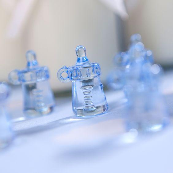 Magnifiques pendentifs biberons de couleur bleu pour décorer votre table !