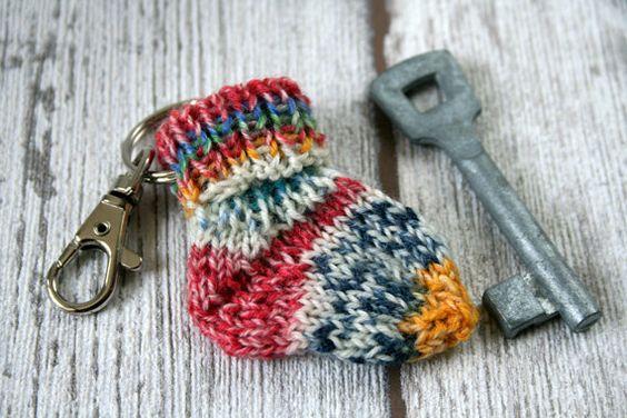 Schlüsselanhänger Mini-Söckchen bunt Taschenbaumler von hemstickat