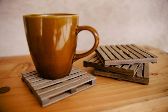 He encontrado este interesante anuncio de Etsy en https://www.etsy.com/es/listing/194345374/the-original-mini-pallet-coasters