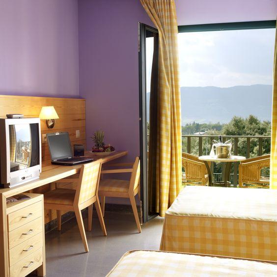 Alojamiento      • 180 habitaciones dobles, algunas de ellas triples o cuádruples    • 4 Suites Montanyà    • 21 Habitaciones superiores     • 31 apartamentos ideales para  familias