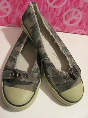 OLIVIA MILLER    WOMENS CAMOUFLAGE    BALLET STYLE SHOES    SIZE 9M    MINT CONDITON FOR PREOWNED    MARKS ON BOTTOM    OF SHOE JUST FROM BEING    IN CLOSET. NO SIGNS OF    WEAR AND TEAR ON THE SHOES    CUTE BUCKLE ON TOE    VERY COMFY    SUPER CUTE    WONDERFUL ADDITION TO    YOUR WARDROBE