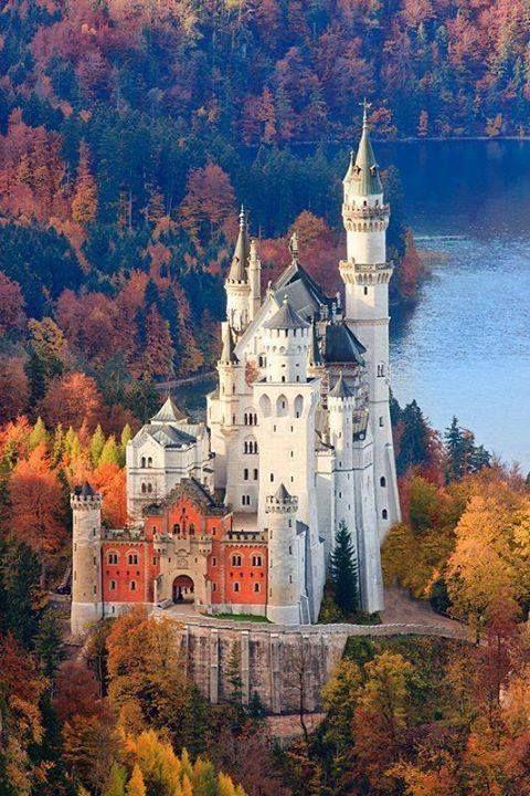 Castelo de Neuschwanstein em cores do outono, Baviera, Alemanha